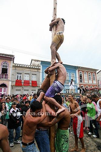 Homens brincando no pau-de-sebo durante a Festa do divino  - São Luís do Paraitinga - São Paulo (SP) - Brasil