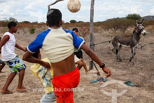 Jovens jogando futebol na cidade de Juazeiro com burro amarrado à trave  - Juazeiro - Bahia (BA) - Brasil