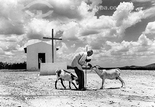 João Botão - sobrevivente da Guerra de Canudos - alimentando cabras no Parque Estadual de Canudos - região onde ocorreu a Guerra de Canudos  - Canudos - Bahia (BA) - Brasil