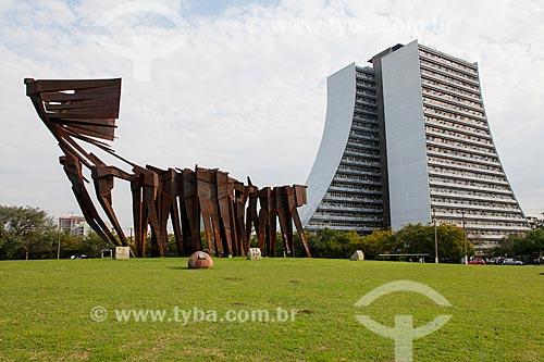 Monumento aos Açorianos (1974) com Centro Administrativo do Estado do Rio Grande do Sul (CAERGS) - também conhecido como Centro Administrativo Fernando Ferrari ao fundo  - Porto Alegre - Rio Grande do Sul (RS) - Brasil
