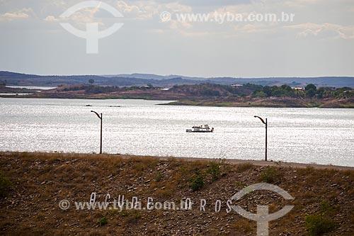 Barco no Rio Jaguaribe próximo ao Açude Presidente Juscelino Kubitschek de Oliveira - também conhecido como Açude de Óros  - Orós - Ceará (CE) - Brasil