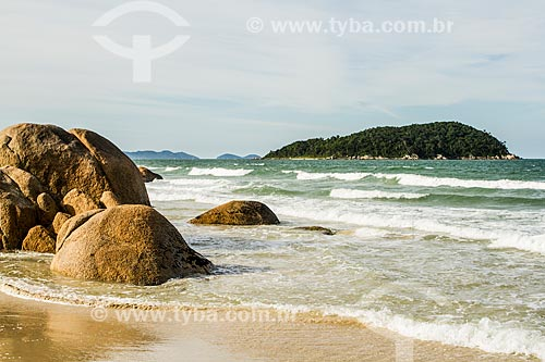 Vista da orla da Praia de Palmas com a Ilha Quinta dos Ganchos ao fundo  - Governador Celso Ramos - Santa Catarina (SC) - Brasil