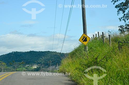 Placa indicando declive em estrada na zona rural da cidade de Paraíba do Sul  - Paraíba do Sul - Rio de Janeiro (RJ) - Brasil