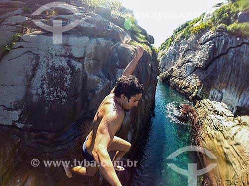 Jovem pulando no mar a partir do costão das Ilhas Tijucas  - Rio de Janeiro - Rio de Janeiro (RJ) - Brasil