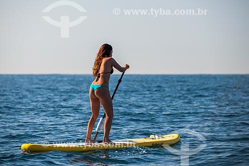 Praticante de Stand up paddle próximo às Ilhas Tijucas  - Rio de Janeiro - Rio de Janeiro (RJ) - Brasil