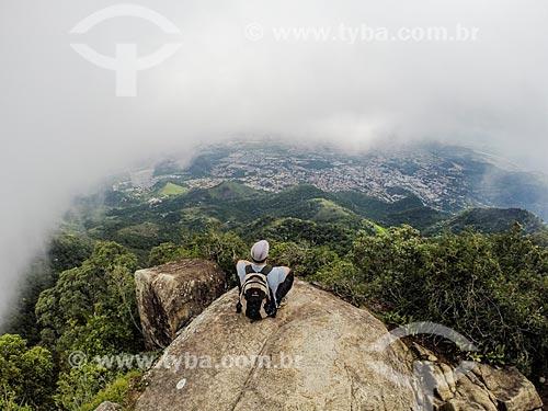 Homem observando a vista no Parque Nacional da Tijuca a partir do Bico do Papagaio  - Rio de Janeiro - Rio de Janeiro (RJ) - Brasil