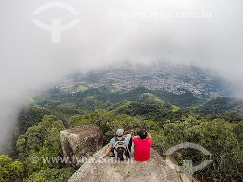 Homens observando a vista no Parque Nacional da Tijuca a partir do Bico do Papagaio  - Rio de Janeiro - Rio de Janeiro (RJ) - Brasil