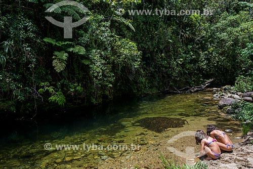 Meninas brincando na margem do Rio Marimbondo  - Resende - Rio de Janeiro (RJ) - Brasil