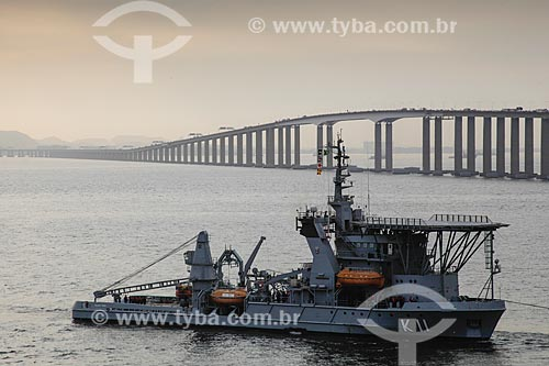 Navio de socorro submarino da Marinha do Brasil NSS Felinto Perry (K-11) com a Ponte Rio-Niterói ao fundo  - Niterói - Rio de Janeiro (RJ) - Brasil
