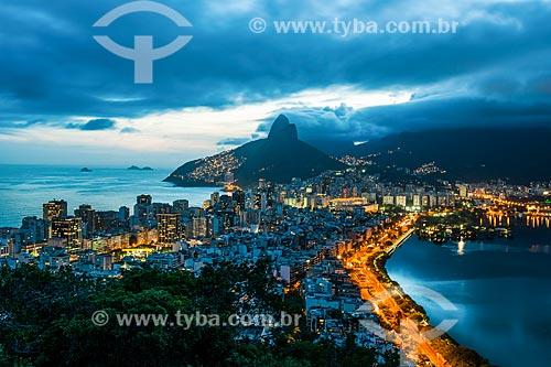 Vista do bairro de Ipanema com o Morro Dois Irmãos ao fundo a partir da trilha do Morro do Cantagalo  - Rio de Janeiro - Rio de Janeiro (RJ) - Brasil