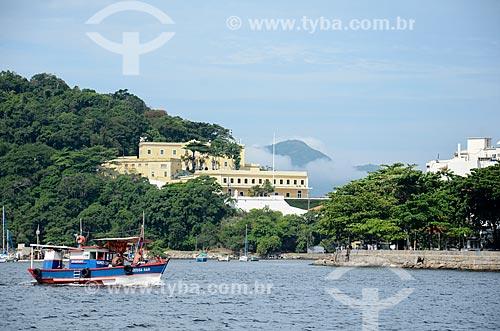 Barcos na Baía de Guanabara com a Fortaleza de São João (1565) - também conhecida como Fortaleza de São João da Barra do Rio de Janeiro - ao fundo  - Rio de Janeiro - Rio de Janeiro (RJ) - Brasil