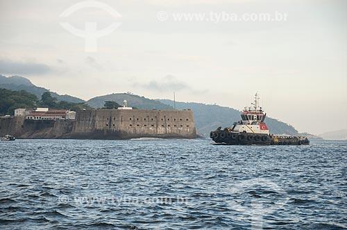 Rebocador na Baía de Guanabara com a Fortaleza de Santa Cruz da Barra (1612) ao fundo  - Rio de Janeiro - Rio de Janeiro (RJ) - Brasil