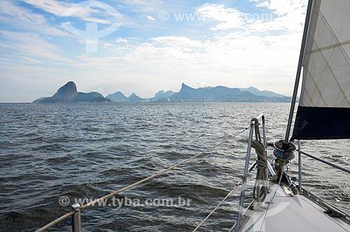 Vista de proa de barco na Baía de Guanabara com o Pão de Açúcar ao fundo  - Rio de Janeiro - Rio de Janeiro (RJ) - Brasil