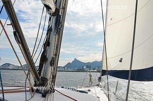 Vista de proa de barco na Baía de Guanabara com o Cristo Redentor ao fundo  - Rio de Janeiro - Rio de Janeiro (RJ) - Brasil
