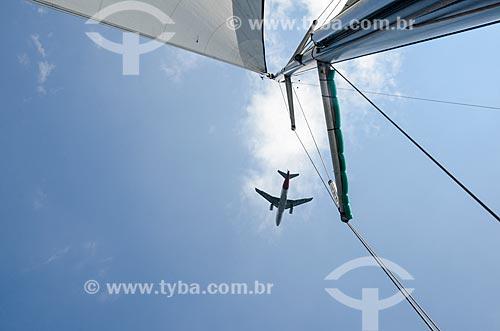 Vista de avião sobrevoando barco na Baía de Guanabara  - Rio de Janeiro - Rio de Janeiro (RJ) - Brasil