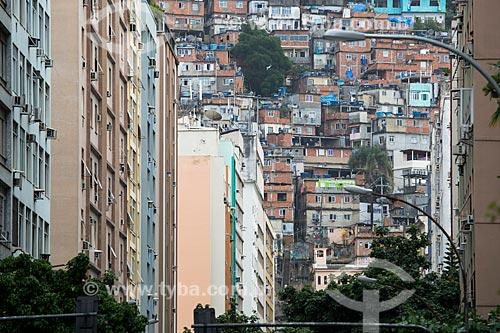 Vista dos edifícios da Rua Raul Pompéia com favela Pavão Pavãozinho ao fundo  - Rio de Janeiro - Rio de Janeiro (RJ) - Brasil