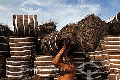 Carregamento de Piaçava (Attalea funifera) no porto da cidade de Barcelos  - Barcelos - Amazonas (AM) - Brasil