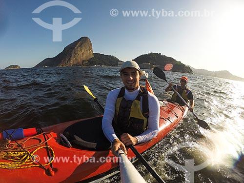 Passeio turístico de caiaque na Baía de Guanabara com o Pão de Açúcar ao fundo  - Rio de Janeiro - Rio de Janeiro (RJ) - Brasil