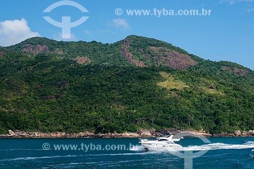 Lancha no litoral da cidade de Angra dos Reis  - Angra dos Reis - Rio de Janeiro (RJ) - Brasil
