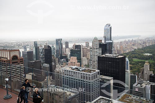 Turistas no terraço do top of the rock - mirante do Rockefeller Center - com o Central Park ao fundo  - Cidade de Nova Iorque - Nova Iorque - Estados Unidos