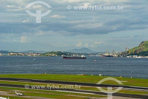 Pista do Aeroporto Santos Dumont com navio cargueiro e Ponte Rio-Niterói ao fundo  - Rio de Janeiro - Rio de Janeiro (RJ) - Brasil