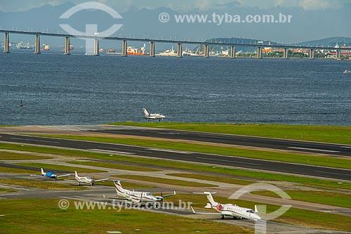 Pista do Aeroporto Santos Dumont com a Ponte Rio-Niterói ao fundo  - Rio de Janeiro - Rio de Janeiro (RJ) - Brasil