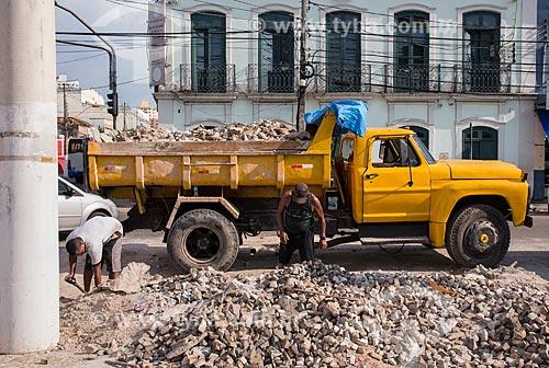 Trabalhadores retirando entulho da calçada no centro histórico da cidade  - Belém - Pará (PA) - Brasil