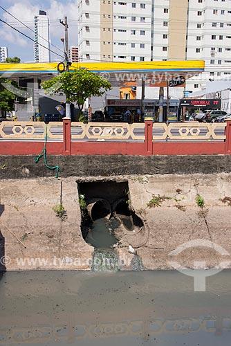 Esgoto sendo despejado sem tratamento no Canal das docas  - Belém - Pará (PA) - Brasil