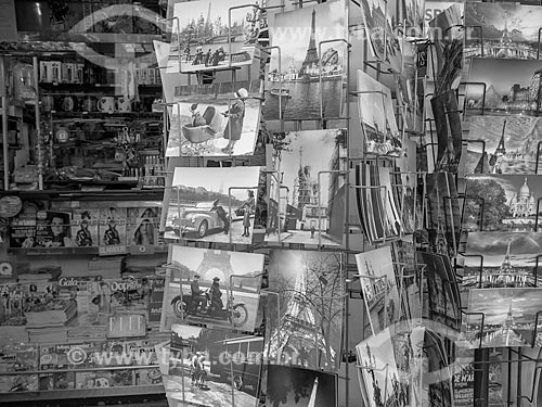 Detalhe de cartões postais em banca de jornal  - Paris - Paris - França