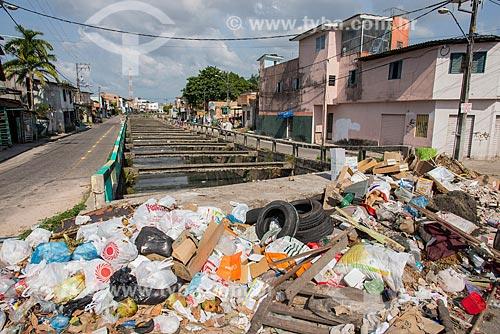 Lixo e entulho às margens da Passagem Antônio Leal  - Belém - Pará (PA) - Brasil