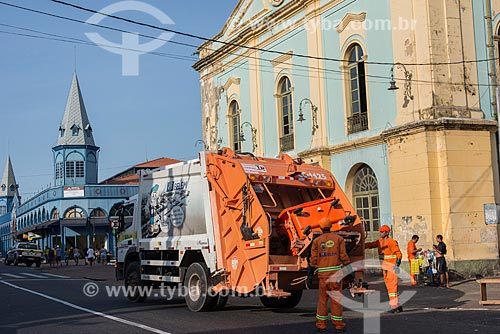 Caminhão de lixo em frente ao Solar da Beira com o Mercado Ver-o-peso ao fundo  - Belém - Pará (PA) - Brasil