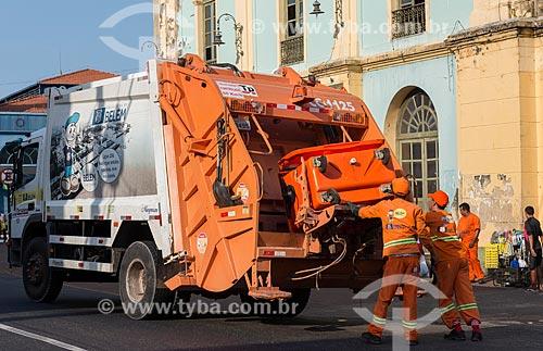 Caminhão de lixo em frente ao Solar da Beira (Século XVII) - parte do complexo do Mercado Ver-o-Peso  - Belém - Pará (PA) - Brasil