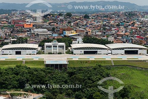 Hangar da Helipark - empresa de táxi aéreo - com casas da Vila Dirce ao fundo  - São Paulo - São Paulo (SP) - Brasil