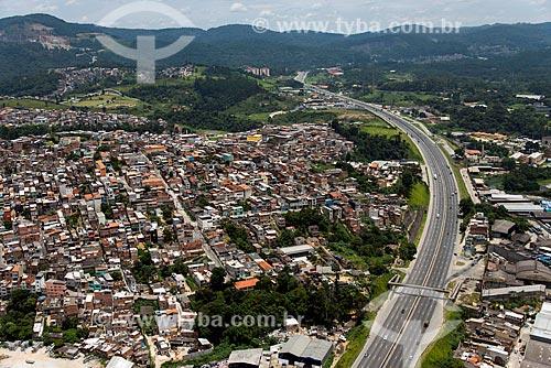 Foto aérea de habitação na região de Campo Limpo I com a Rodovia Fernão Dias (BR-381) à direita  - São Paulo - São Paulo (SP) - Brasil