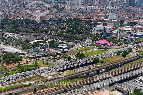 Foto aérea da Avenida Alcântara Machado sobre a Avenida Salim Farah Maluf e o Viaduto Pires do Rio com o Cemitério Quarta Parada ao fundo  - São Paulo - São Paulo (SP) - Brasil