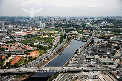Foto aérea da Ponte dos Remédios - Carmen Fernandes Neves - com o Complexo Viário Heróis de 1932 - também conhecido como Cebolão - ao fundo  - São Paulo - São Paulo (SP) - Brasil