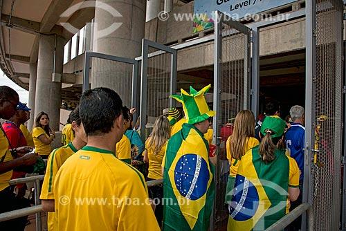 Torcedores da Brasil chegando ao jogo entre Brasil x Camarões no Estádio Nacional de Brasília Mané Garrincha  - Brasília - Distrito Federal (DF) - Brasil