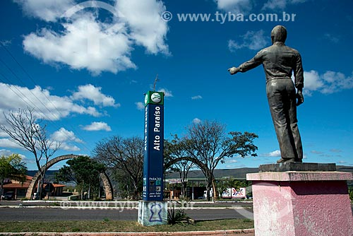 Estátua de Ary Ribeiro Valadão - ex-governador de Goiás - no pórtico da Rodovia GO-118 - entrada da cidade de Alto Paraíso de Goiás  - Alto Paraíso de Goiás - Goiás (GO) - Brasil