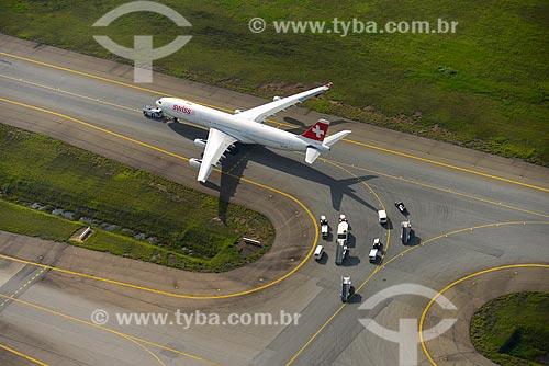 Foto aérea de avião traxiando no Aeroporto Internacional de São Paulo-Guarulhos Governador André Franco Montoro  - Guarulhos - São Paulo (SP) - Brasil