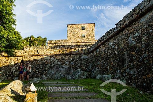 Turistas na Fortaleza de São José da Ponta Grossa (século XVIII)  - Florianópolis - Santa Catarina (SC) - Brasil