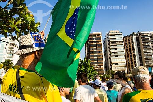 Idosos em manifestação contra a corrupção e pelo Impeachment para Presidenta Dilma Rousseff na Avenida Beira Mar Norte  - Florianópolis - Santa Catarina (SC) - Brasil