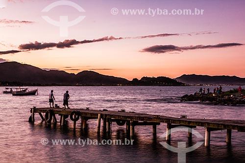 Pescadores em píer na Ilha das Campanhas próximo à Praia da Armação do Pântano do Sul  - Florianópolis - Santa Catarina (SC) - Brasil