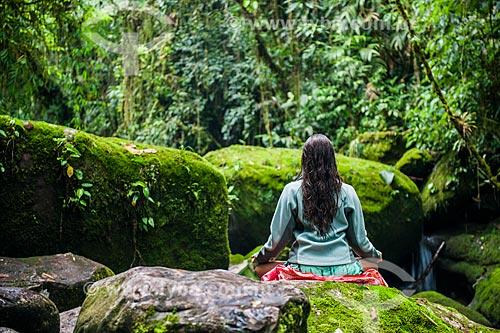 Praticante de Yoga na Área de Proteção Ambiental da Serrinha do Alambari  - Resende - Rio de Janeiro (RJ) - Brasil