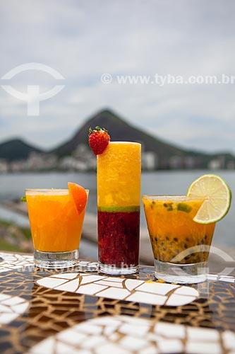 Detalhe de caipirinhas do Kiosque do Português com a Lagoa Rodrigo de Freitas ao fundo  - Rio de Janeiro - Rio de Janeiro (RJ) - Brasil