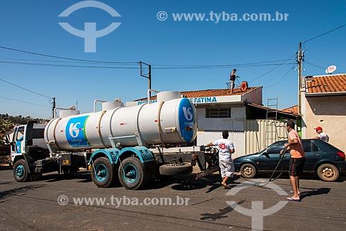 Caminhão pipa abastecendo comércio durante a crise de abastecimento de água  - Tambaú - São Paulo (SP) - Brasil