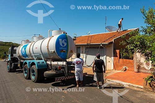 Caminhão pipa abastecendo casa durante a crise de abastecimento de água  - Tambaú - São Paulo (SP) - Brasil