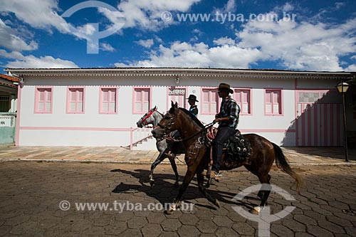 Homens à cavalo na Rua Direita - chegando para a cavalgada de envio da Folia de Reis  - Pirenópolis - Goiás (GO) - Brasil