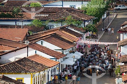 Homens à cavalo na Rua do Rosário se preparando para a cavalgada de envio da Folia de Reis  - Pirenópolis - Goiás (GO) - Brasil