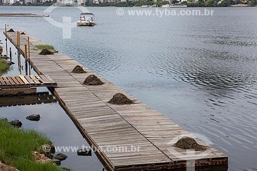 Deck com algas retiradas do fundo da Lagoa Rodrigo de Freitas  - Rio de Janeiro - Rio de Janeiro (RJ) - Brasil