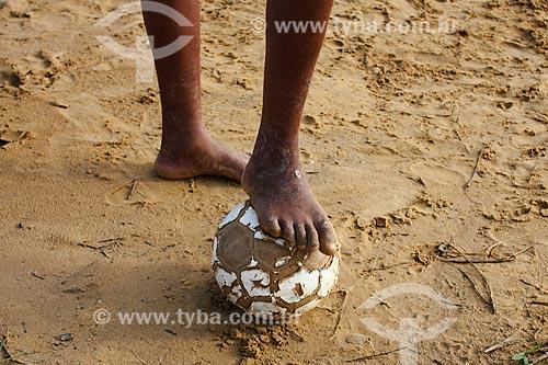 Jovens jogando futebol na cidade de Juazeiro  - Juazeiro - Bahia (BA) - Brasil